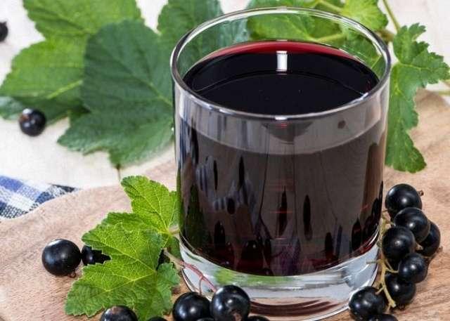 Бокал с вином из смородины